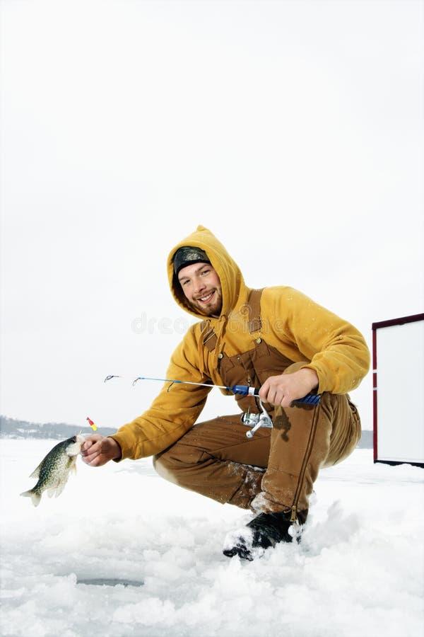 Mann-Eis-Fischen lizenzfreie stockbilder