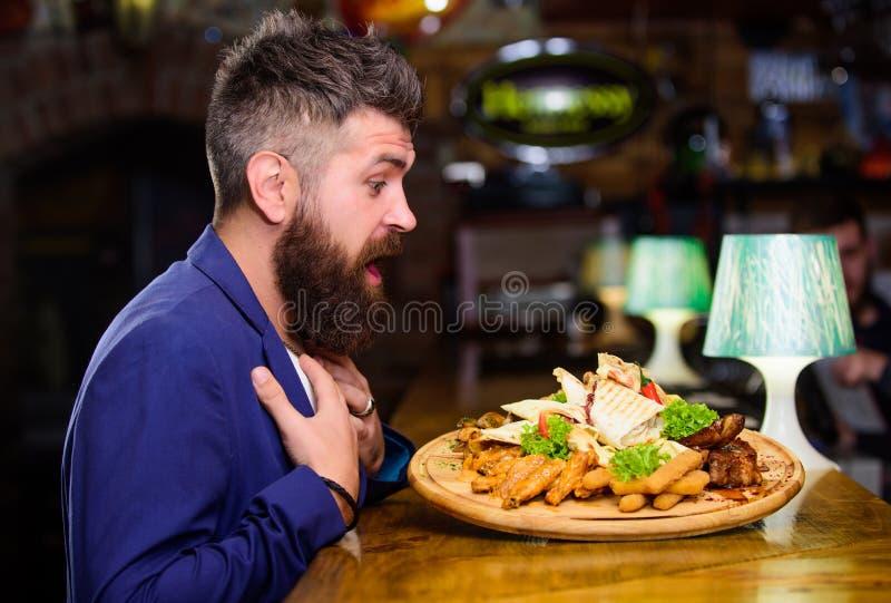 Mann empfing Mahlzeit mit gebratenen Kartoffelfischen haftet Fleisch Er verdient köstliche Mahlzeit Genießen Sie Ihre Mahlzeit Ho lizenzfreies stockbild