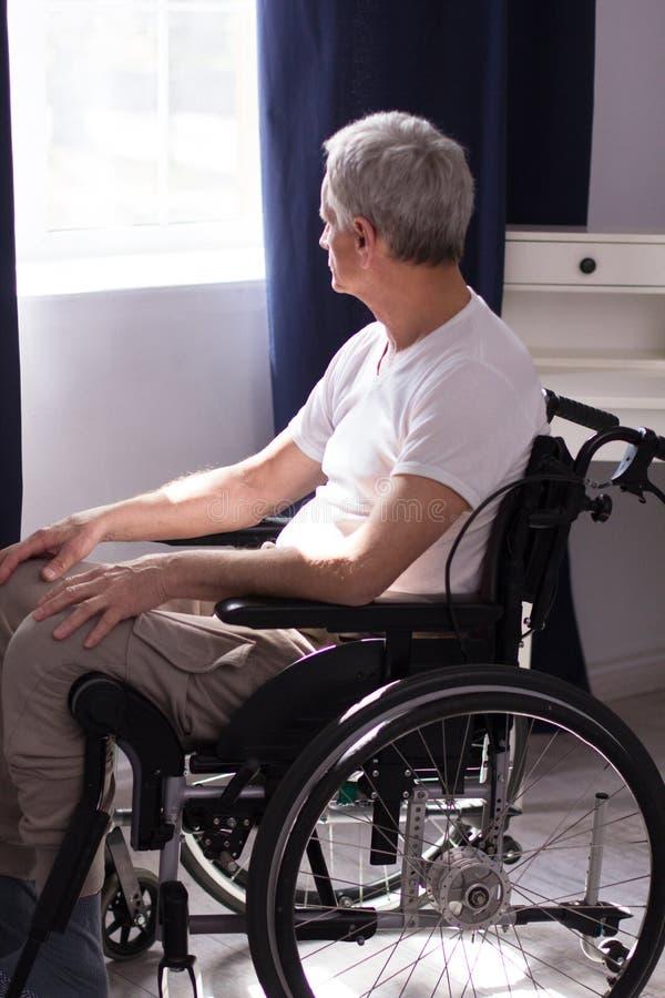 Mann en sillón de ruedas fotografía de archivo