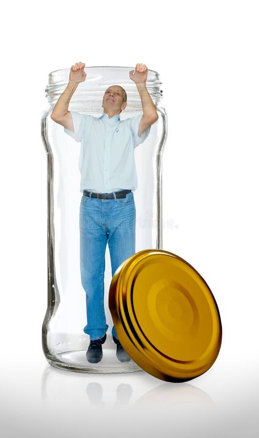 Mann entgeht von einem Glasgefäß stockfoto