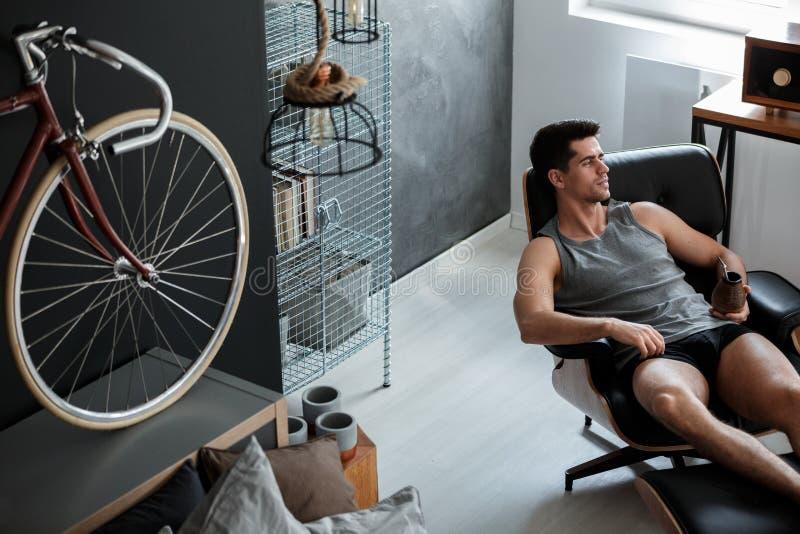 Mann entspannt sich auf Lederstuhl stockfotos