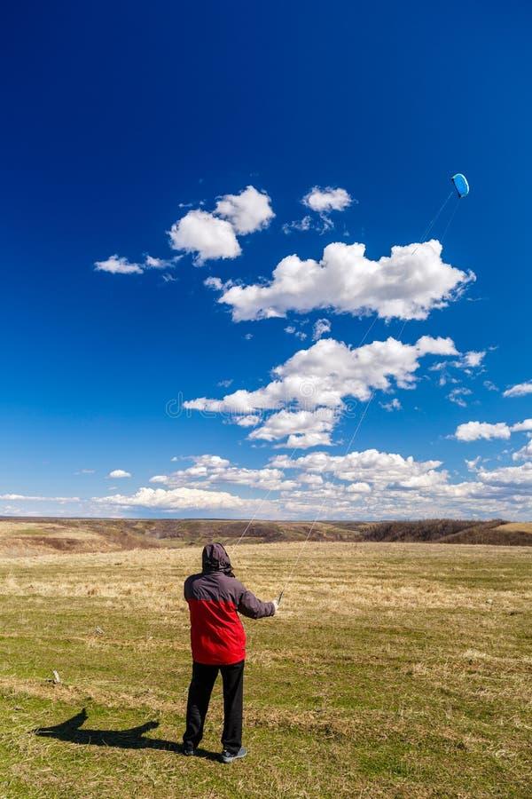 Mann entspannt sich in der Natur stockbild