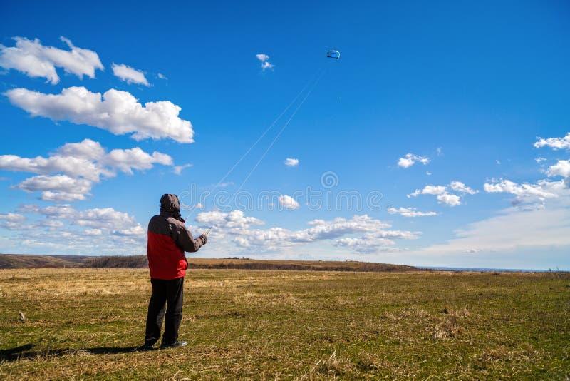 Mann entspannt sich in der Natur stockfoto