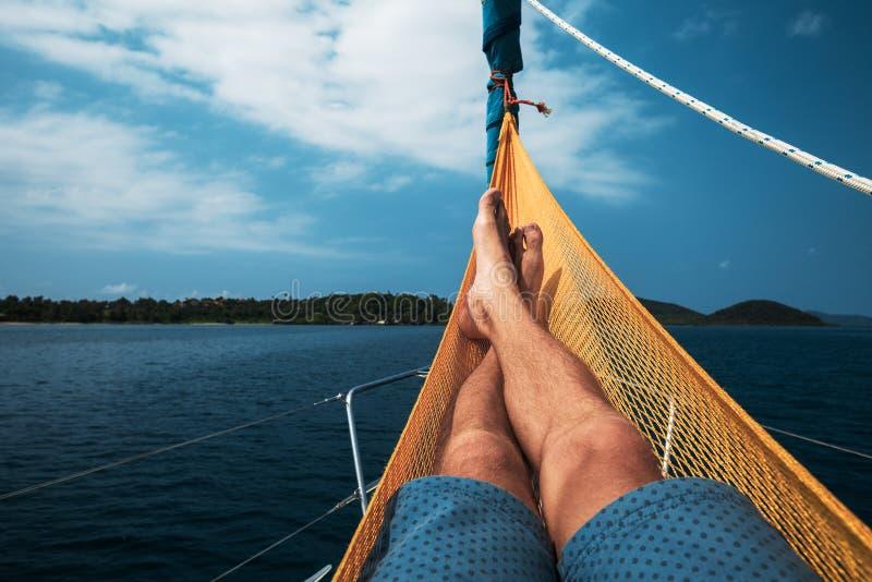 Mann entspannt sich in einer Hängematte stockfoto