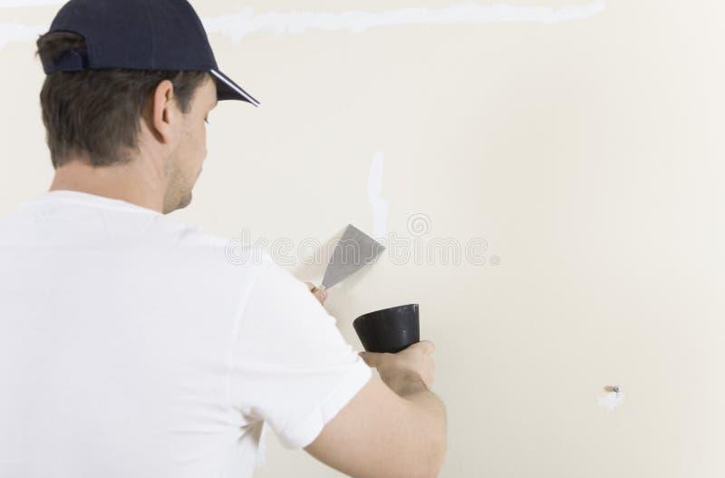 Mann erneuerte Wand lizenzfreie stockfotografie