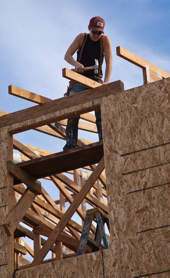 Mann errichtet Dach für Haus für Lebensraum für Menschlichkeit stockfotos