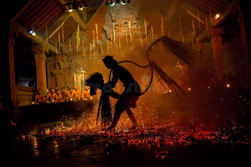 Mann führt den Balinese Sanghyang Jaran Dance durch stockbild
