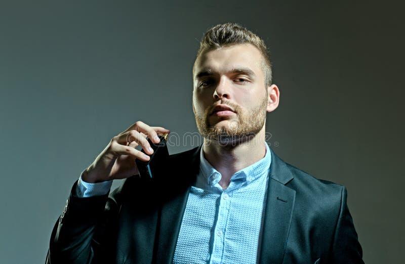 Mann für Parfüm Mann, der Flasche der Parfümerie hält Bemannt Parfümkonzept Männliches Parfüm lizenzfreie stockbilder