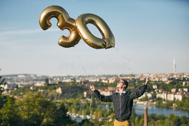 Mann feiert dreißig Jahre Geburtstag lizenzfreies stockbild