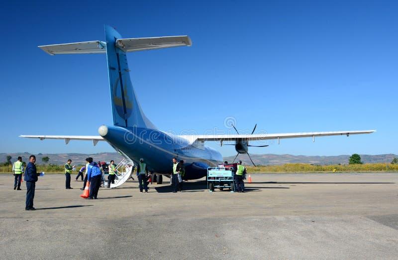 Mann flaches Yadanarpon bereiten für Ausschiffung von Passagieren vor Heho-Flughafen Kalaw-Gemeinde Taunggyi-Bezirk Shan-Staat my lizenzfreies stockfoto