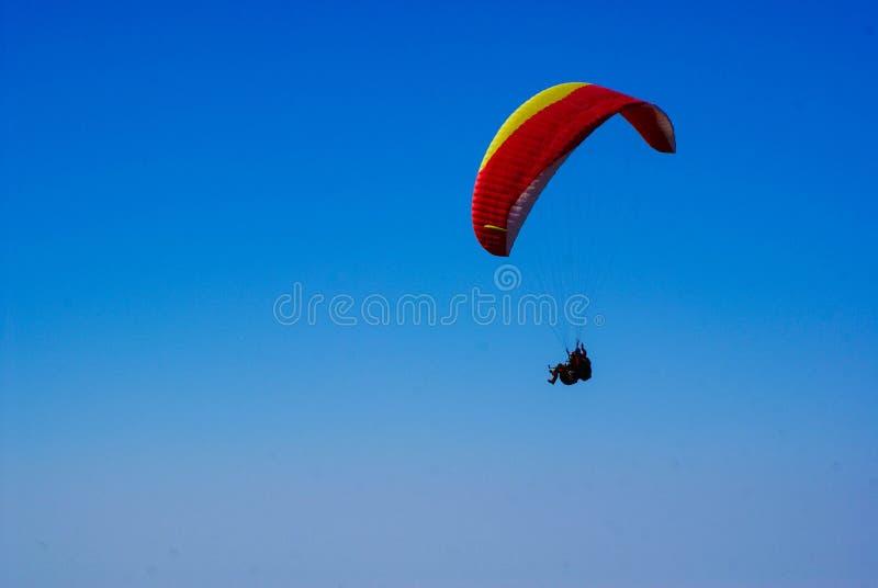 Mann fliegt auf Sport mit Fallschirm abspringen gegen einen blauen Himmel stockbilder