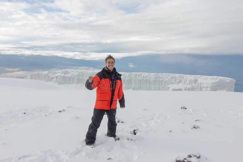 Mann fotografiert auf Kilimanjaro-Berg 5-tägig lizenzfreie stockfotos