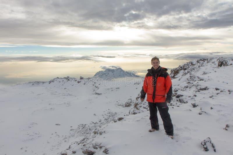 Mann fotografiert auf Kilimanjaro-Berg 5-tägig lizenzfreie stockfotografie