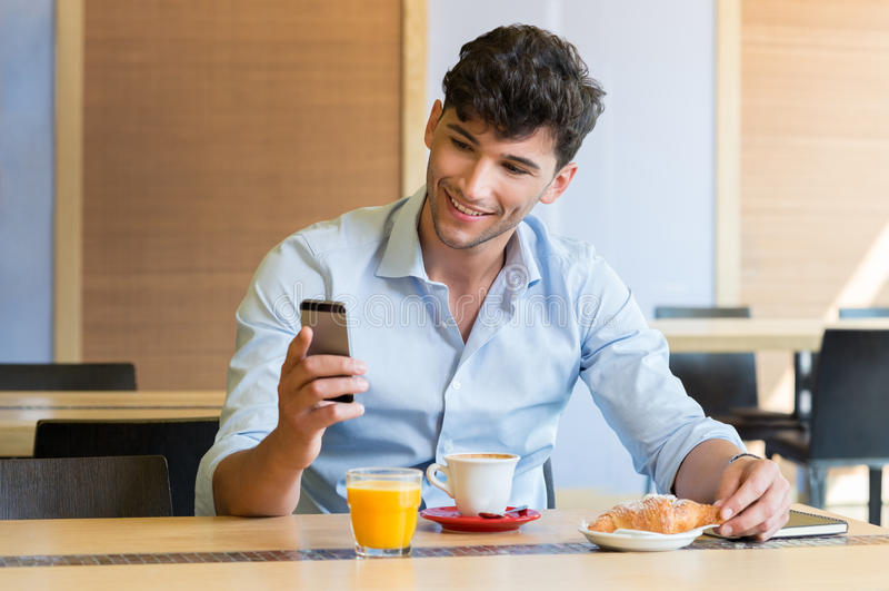 Mann am Frühstückstische stockbilder
