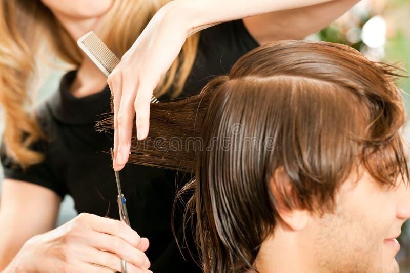Mann am Friseur lizenzfreie stockfotografie