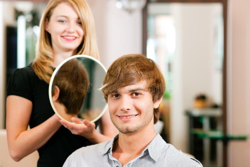 Mann am Friseur lizenzfreies stockbild