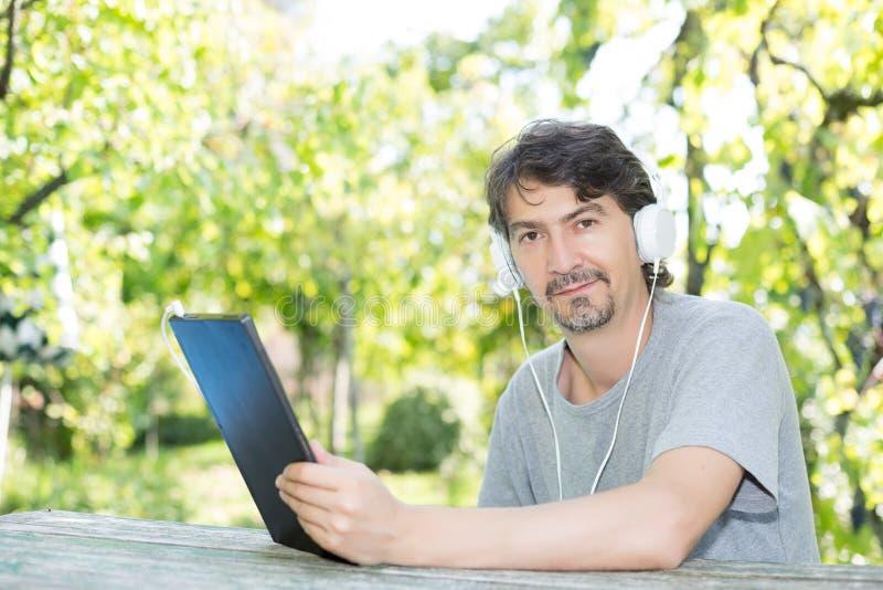 Mann am Garten stockfotos