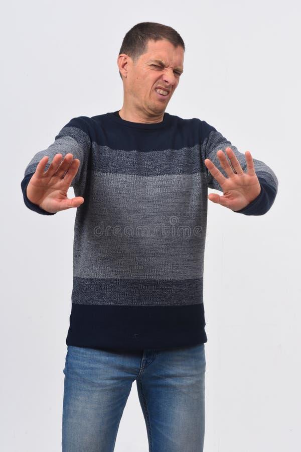 Mann geekelt auf weißem Hintergrund stockfoto