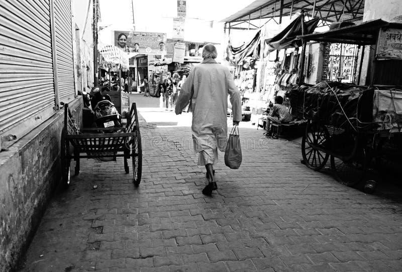 Mann geht hinunter indischen Markt lizenzfreie stockfotografie
