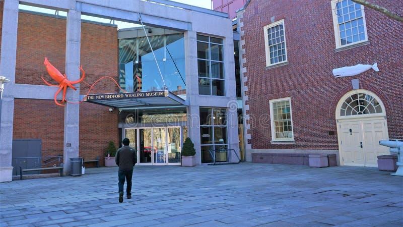Mann geht in Richtung zu neuem Bedford Whaling Museum stockfotos