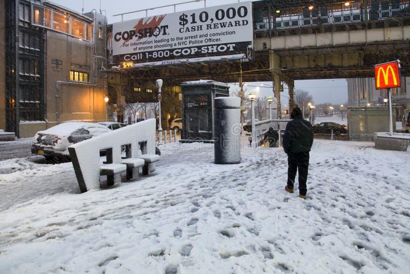 Mann geht zur U-Bahnstation während des Schneesturms im Bronx neues Y lizenzfreies stockbild
