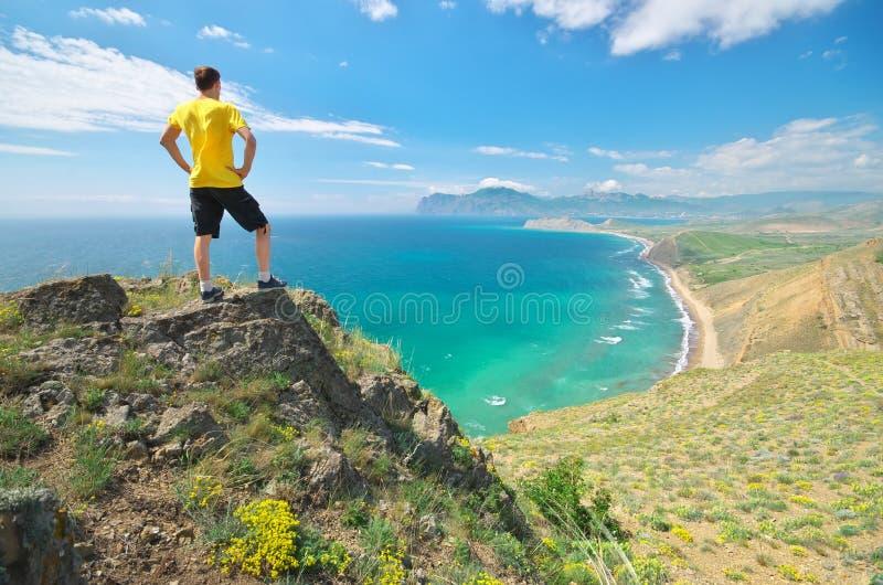 Mann genießen die Naturlandschaft lizenzfreie stockfotografie