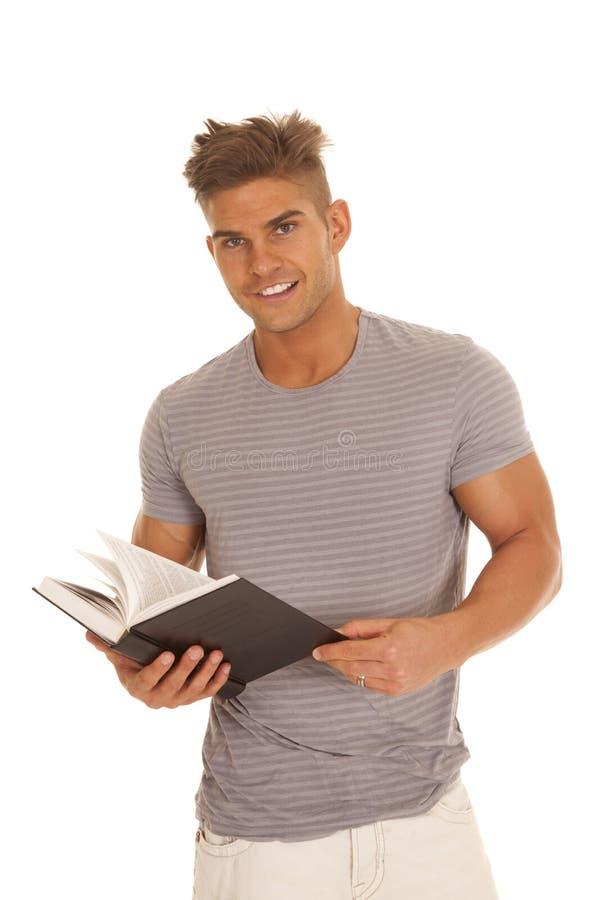 Mann gestreiftes graues Hemdbuchlächeln lizenzfreie stockfotografie