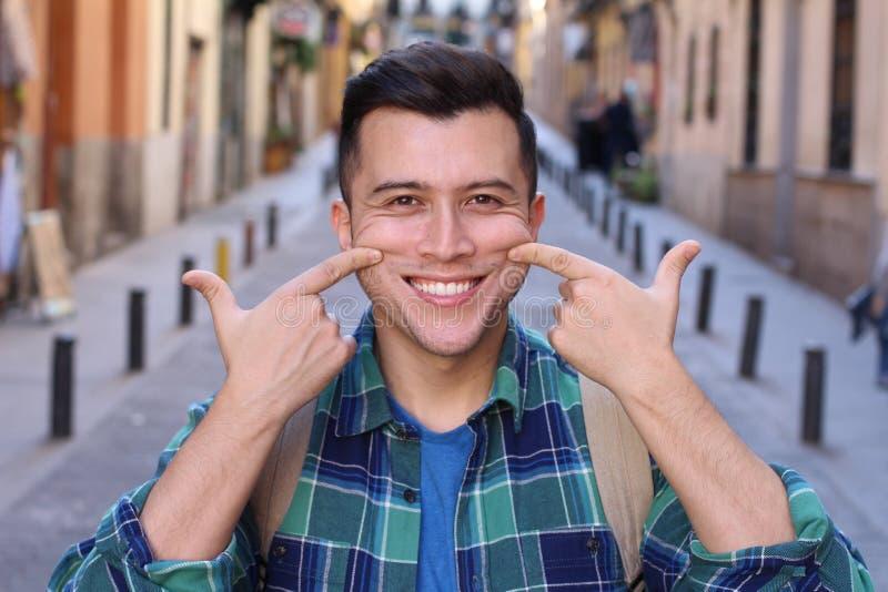 Mann gezwungen, draußen zu lächeln lizenzfreie stockfotos