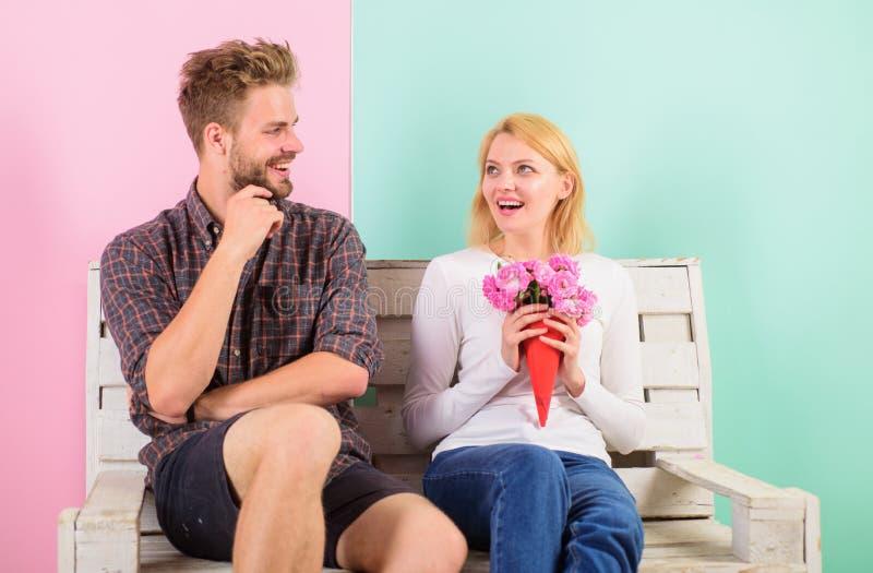 Mann gibt der Freundin, Türkishintergrund Blumenstraußblumen Paare im romantischen Datum der Liebe Herr holen immer lizenzfreies stockbild