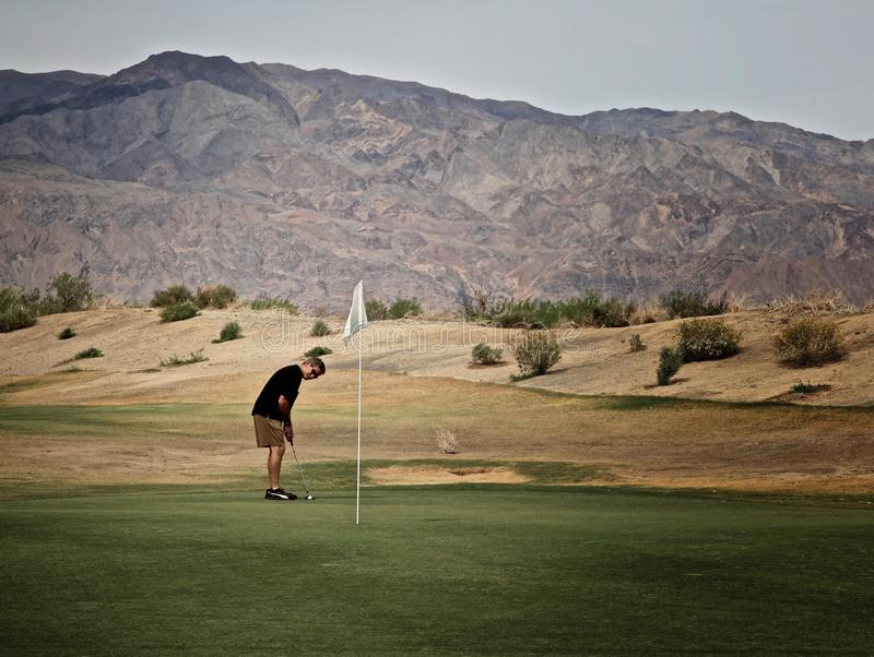 Mann-Golfspieler-Death- Valleyofen-Nebenfluss-Golfplatz lizenzfreie stockfotos