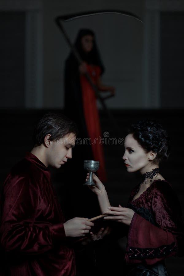 Mann hält ein Buch und Frau mit der Schale stockfotografie