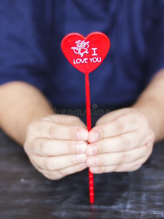 Mann hält ein rotes Herz mit den Wörtern ich liebe dich in seinen Händen lizenzfreie stockbilder