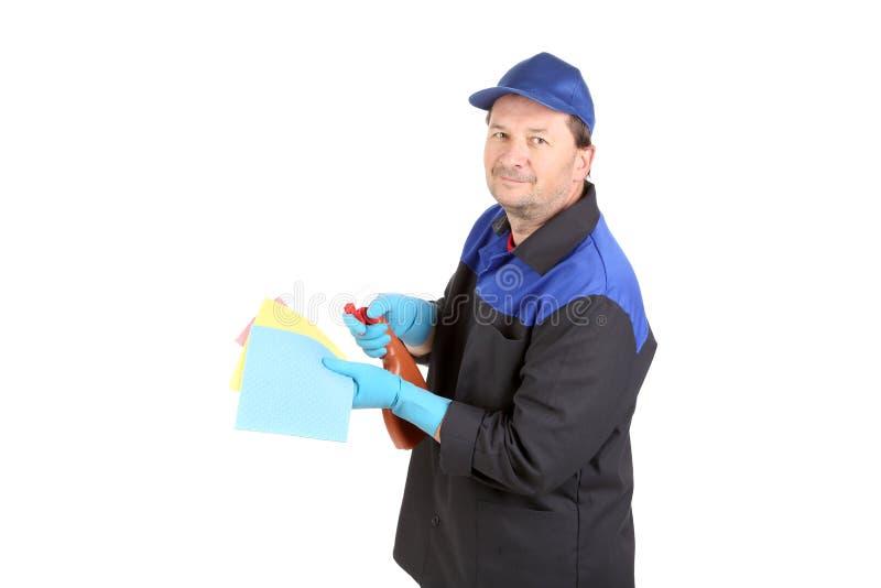 Mann hält Sprühflasche und Schwamm lizenzfreie stockfotografie