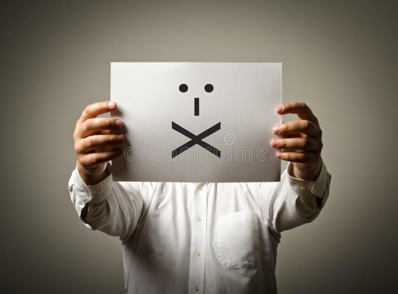 Mann hält Weißbuch mit Lächeln Lippen versiegelt Ruhe conc stockfoto