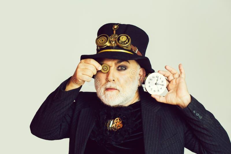 Mann hält Zahnrad und Uhr lizenzfreie stockbilder