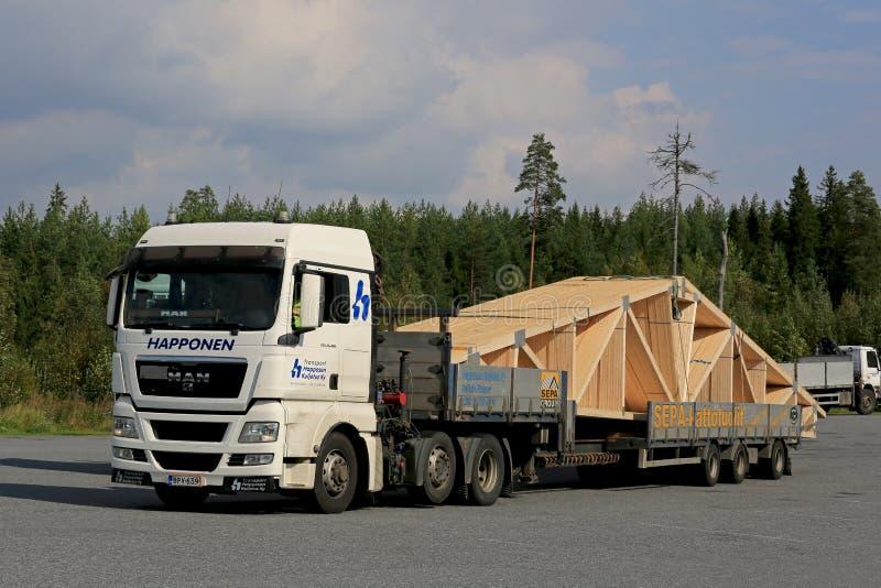 MANN halb LKW schleppt Dach-Binder stockfoto
