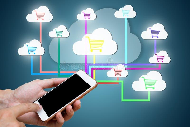Mann hand& x27; s, das intelligentes Telefon mit hält, schließen an Netzeinzelhandelsli an lizenzfreies stockbild