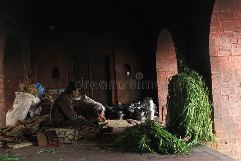 Mann in Haritwar, Indien, sitzend innerhalb eines Tempels stockfotos