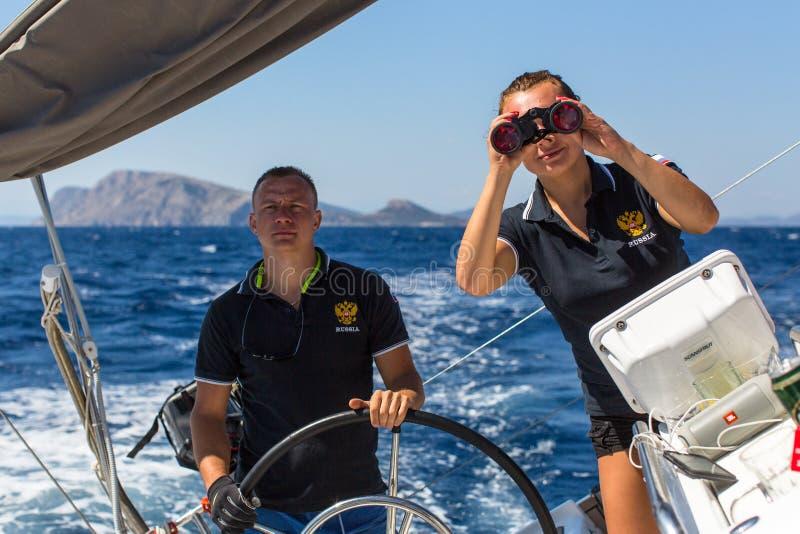Mann am Helm auf dem Segelboot stockfotografie