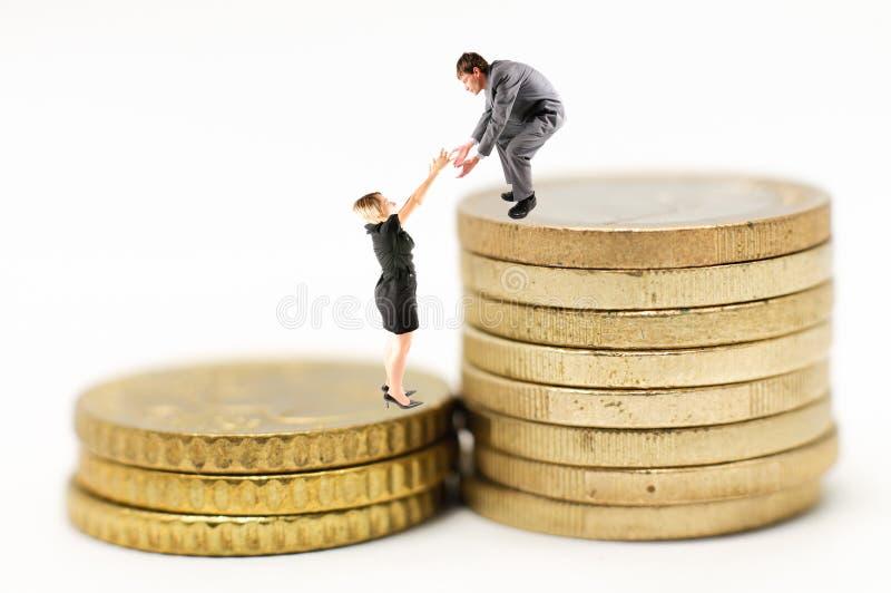 Mann hilft Frau zur Finanzzunahme stockfoto
