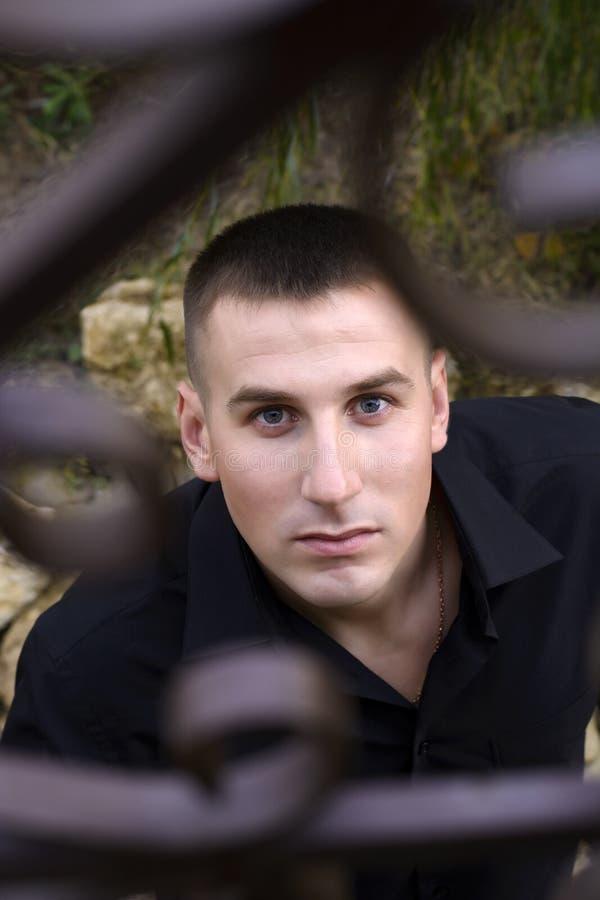 Mann hinter Gittern lizenzfreie stockfotografie
