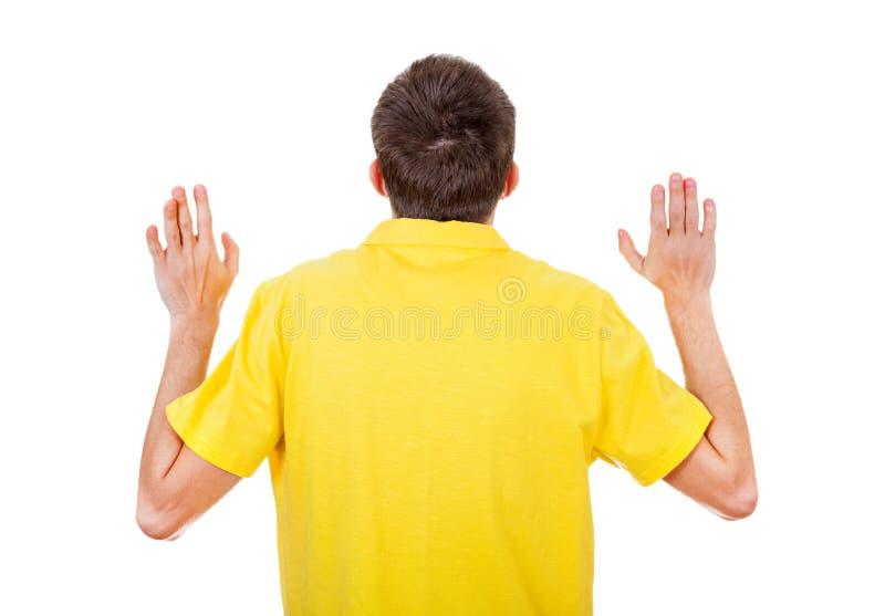 Mann-hintere Ansicht mit den Händen oben stockfoto