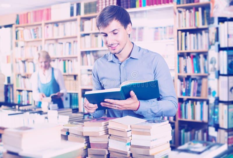 Mann-Holding-geöffnetes Buch lizenzfreies stockfoto