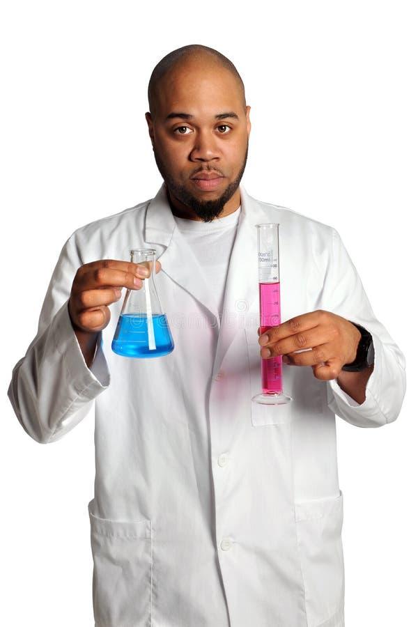 Mann-Holding-Laborglaswaren lizenzfreie stockbilder