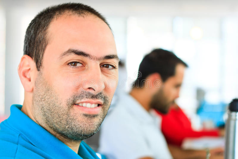 Mann im Büro lizenzfreies stockfoto