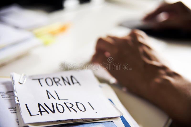 Mann im Büro und Text zurück zu Arbeit auf italienisch stockbilder