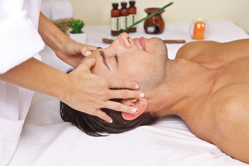Mann im Badekurort, der Kopfmassage erhält stockbild