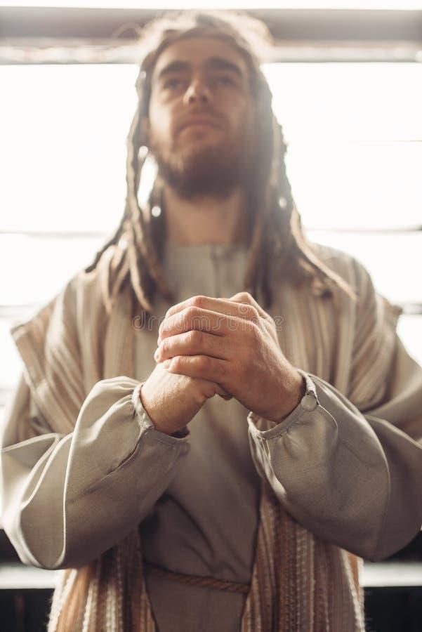 Mann im Bild von Jesus Christ-Beten stockfoto