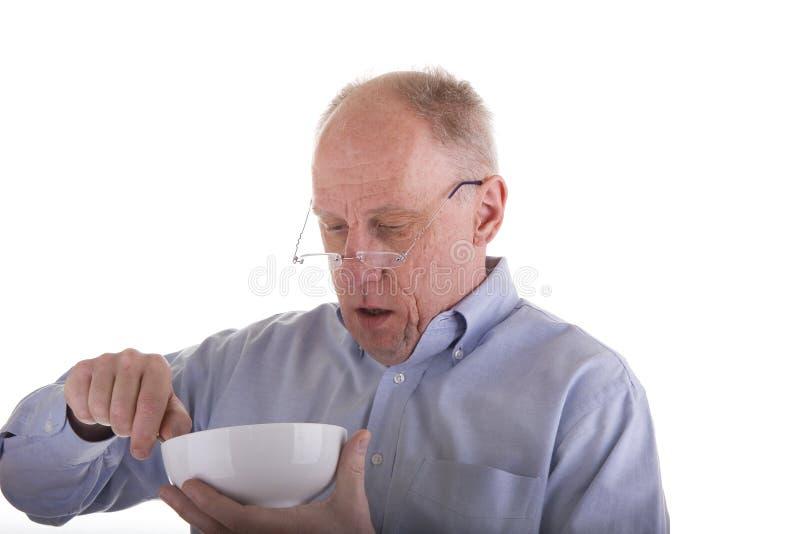 Mann im blauen Hemd-Essen   stockfotografie
