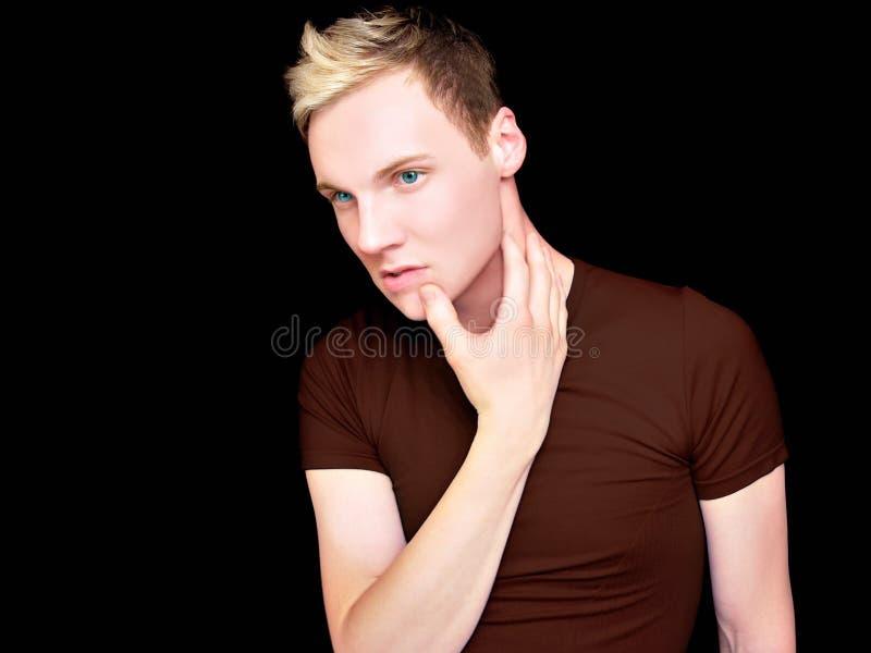 Mann im Brown-Hemd lizenzfreies stockbild